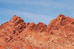Röd sandsten vaggar bildande med blå himmel Arkivfoto