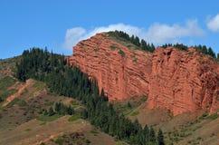 Röd sandsten vaggar bildande sju tjurar och bruten hjärta, den Jeti Oguz kanjonen i Kirgizistan, den Issyk-Kul regionen, centrala royaltyfria foton