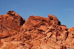 Röd sandsten vaggar bildandebakgrund Arkivfoton