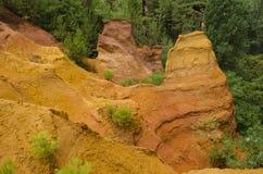 Röd by, sandstenområde i Rousillon, södra Frankrike, Europa Royaltyfria Bilder
