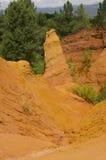 Röd by, sandstenområde i Rousillon, södra Frankrike, Europa Arkivbilder