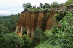 Röd by, sandstenområde i Rousillon, södra Frankrike, Europa Arkivbild