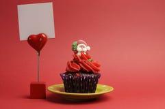 Röd Santa Christmas festlig muffin med ställebilen Royaltyfri Bild