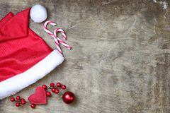 Röd santa hatt på texturerad träbakgrund Royaltyfri Bild