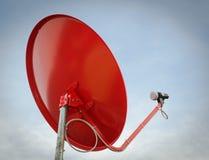Röd satellit- maträtt på taket Royaltyfri Fotografi
