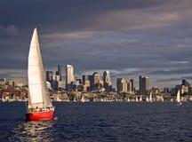 röd segelbåt Arkivfoto
