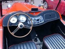 Röd serie T för den MG TA roadsterdvärgliknande personen visade i Lima Arkivfoto