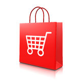 Röd shoppingpåse med vagnen Fotografering för Bildbyråer