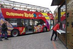 Röd sight för bussutfärdstad royaltyfria foton