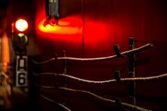 Röd signal av trafikljuset och trådarna i gångtunnelen arkivbild