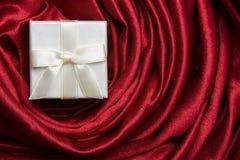 röd silk white för askgåva arkivfoton