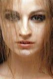 röd sinnlig skjuten studiokvinna för 7 hår royaltyfria foton