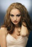 röd sinnlig skjuten studiokvinna för hår fotografering för bildbyråer