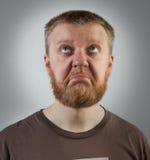 Röd-skägg man som ser upp med missnöje Royaltyfria Bilder