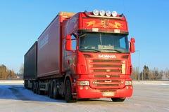 Röd Skåne R500 lång transportlastbil i vinter Arkivbild
