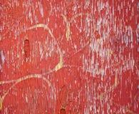Röd skalningsmålarfärg med gul grafetti Arkivfoto