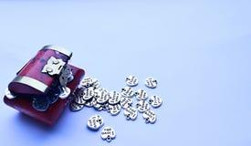 Röd skattbröstkorg med silverhjärtor som ut spiller Royaltyfri Fotografi