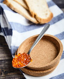 röd sked för kaviar royaltyfria foton