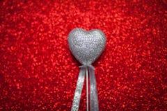 Röd skinande bakgrund med silverhjärtor, förälskelse, dag för valentin` s, abstrakt bakgrund för textur, romantisk bild som är pa Arkivbild