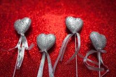 Röd skinande bakgrund med silverhjärtor, förälskelse, dag för valentin` s, abstrakt bakgrund för textur, romantisk bild som är pa Royaltyfri Fotografi