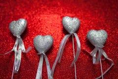 Röd skinande bakgrund med silverhjärtor, förälskelse, dag för valentin` s, abstrakt bakgrund för textur, romantisk bild som är pa Royaltyfria Bilder