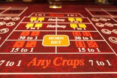 Röd skittabell i kasino tagen raksträcka på Royaltyfri Bild