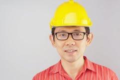 Röd skjorta för lyckliga teknikerkläder och gulinghatt med anblickar Arkivbilder