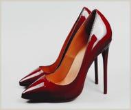 Röd sko för kvinnor för hög häl för kvinnor Royaltyfria Foton