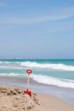 Röd skyffel i stranden Arkivfoto