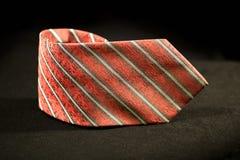 Röd slips över svart bakgrund Royaltyfria Bilder