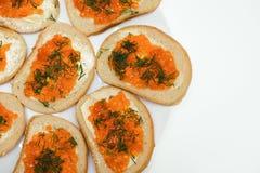 röd smörgås för smörkaviar arkivbilder
