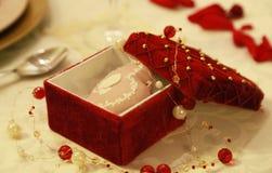 Röd smyckenask Arkivbilder