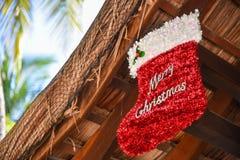 Röd socka med tecknet för glad jul Royaltyfri Bild