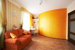 röd sofa Arkivfoto