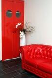 röd sofa Arkivbilder