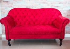 röd sofa Arkivbild