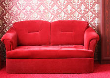 Röd soffa Royaltyfri Bild