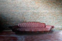 Röd soffa i tappningrum royaltyfri foto