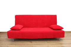 Röd soffa i tom vardagsrum Arkivbilder