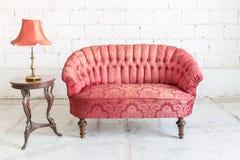 Röd soffasoffa Arkivbild