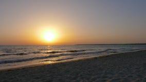 Röd sol för ljus orage medan aftonsolnedgång över havet Guld- solnedgång i havs- och vattenvågor lager videofilmer