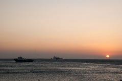 Röd sol och hav på solnedgången Arkivfoton