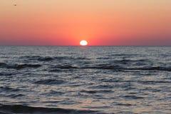Röd solnedgång över Östersjön Arkivfoton