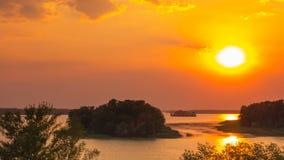 Röd solnedgång över videoen för flodtidschackningsperiod stock video