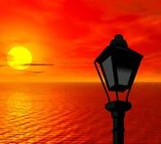 Röd solnedgång. Gatalampa Arkivfoton
