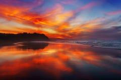 Röd solnedgång i den Sopelana stranden Royaltyfri Fotografi