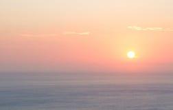 Röd solnedgång in i det medelhavs- arkivfoton