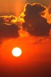 Röd solnedgång och cloudscape Royaltyfri Bild