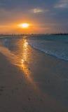 Röd solnedgång och cloudscape Arkivfoton