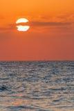 Röd solnedgång och cloudscape Arkivbilder